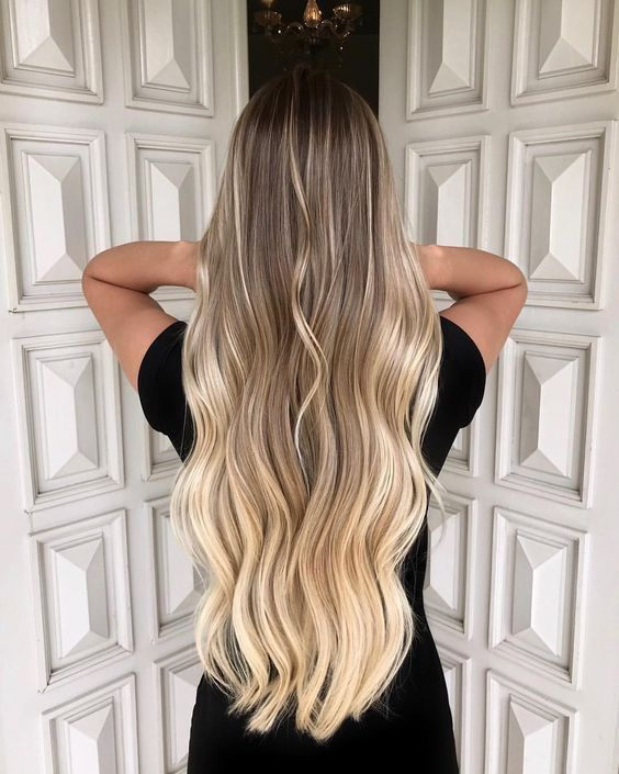 Długie rozpuszczone blond włosy