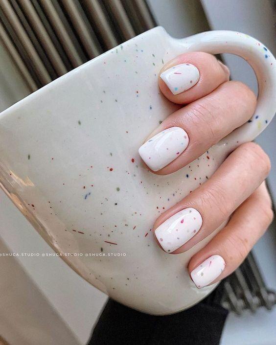 Białe kwadratowe paznokcie