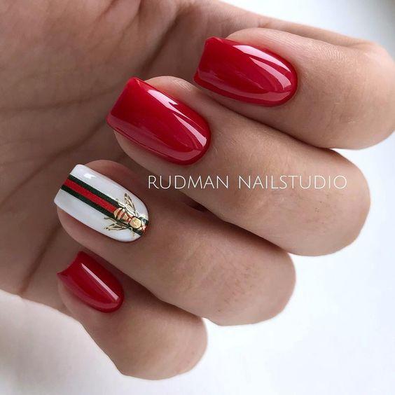 Czerwone kwadratowe paznokcie